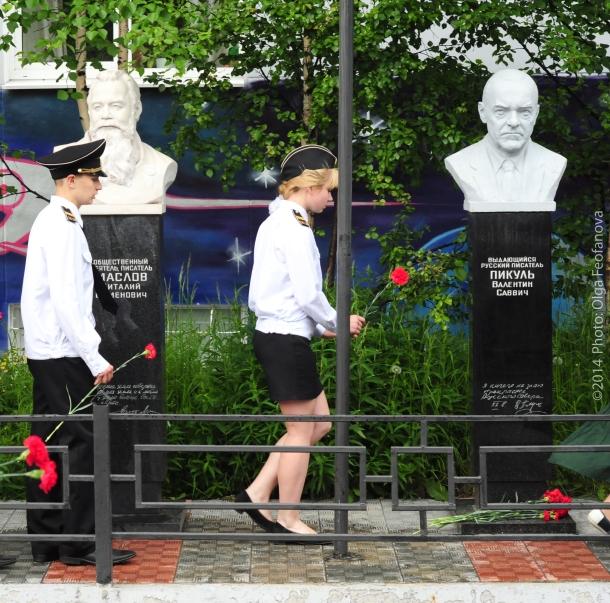 Возложение цветов к памятнику В. Пикулю