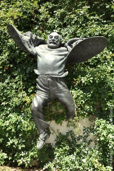 Памятник Сергею Параджанову на улице Шарден. Автор – грузинский скульптор Важа Мекаберидзе.
