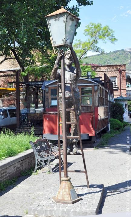 Памятник тбилисскому фонарщику