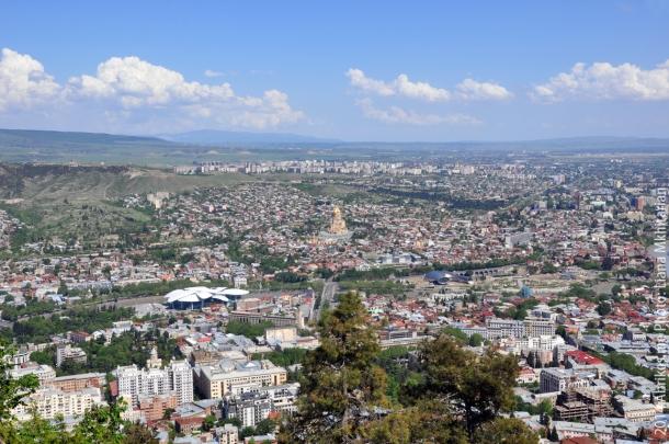 Вид на Тбилиси с горы Мтацминда. В центре Цминда Самеба - Собор Святой Троицы.