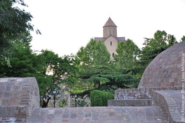 Вид на Успенскую церковь, на переднем плане - крыши серных бань, Тбилиси
