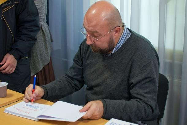 Александр Флоренский подписывает свою книгу