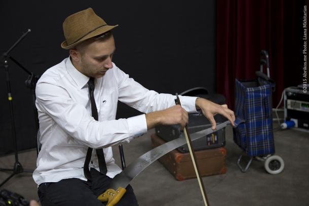 Барабанщик Якоп Йенссенн играет на пиле
